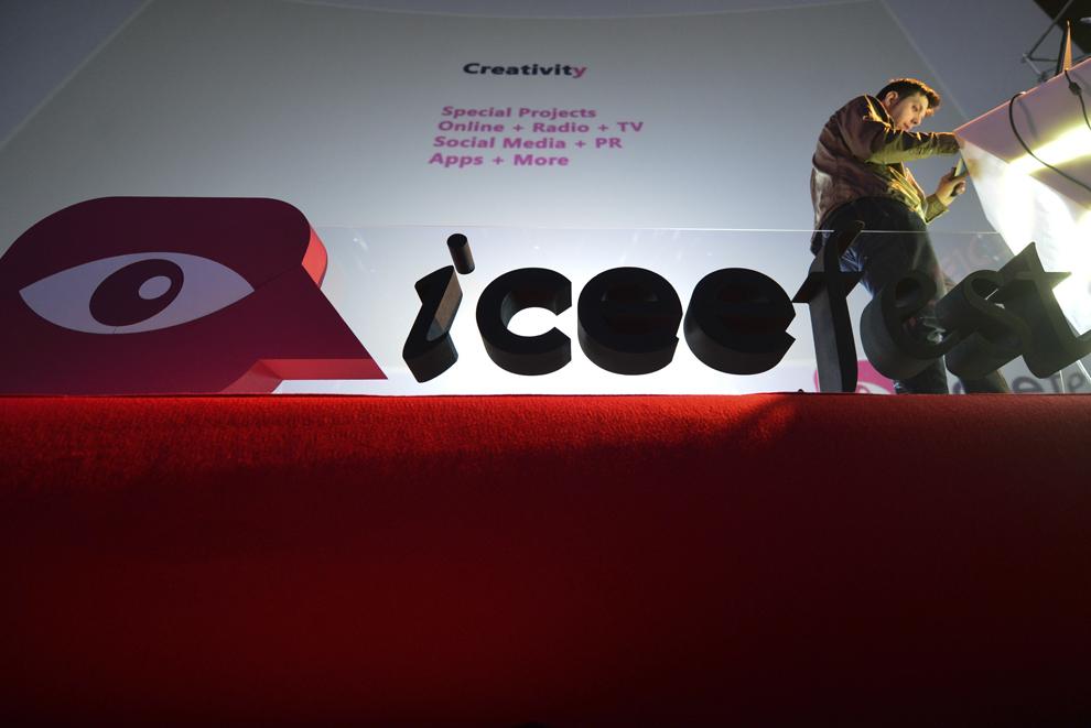 O persoană participă la festivalul dedicat industriei digitale şi interactive din Europa Centrală şi de Est, Interactive Central and Eastern Europe Festival 2014 (ICEEFest), în Bucureşti, vineri, 13 iunie 2014.