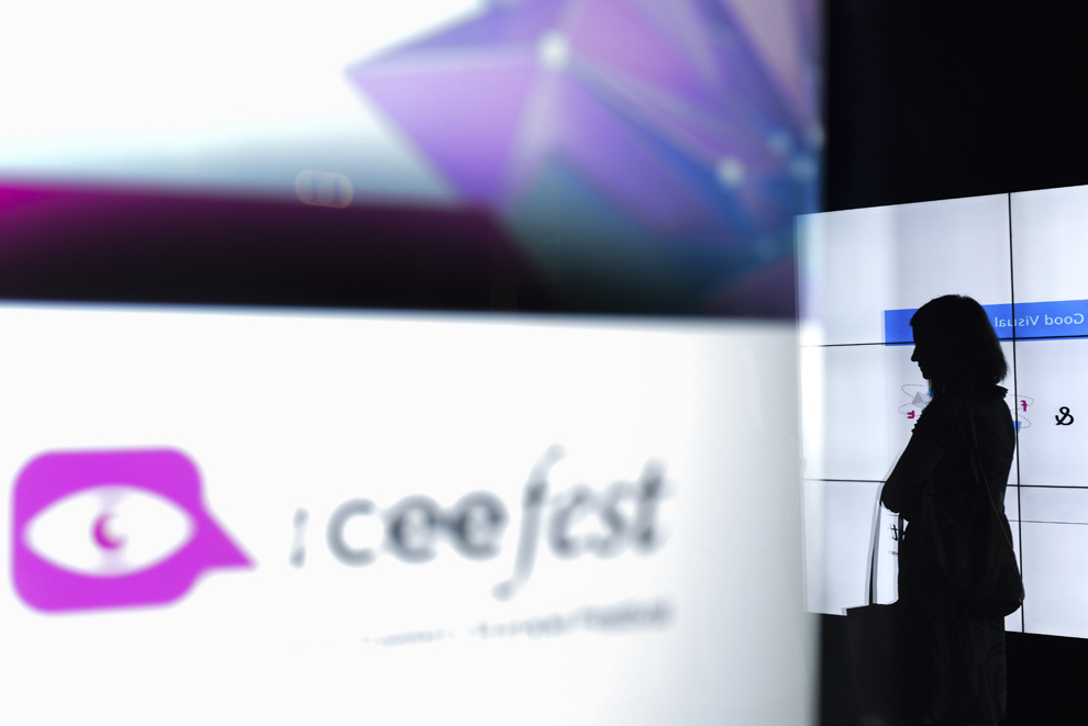 Silueta unei tinere se reflectă pe un televizor la festivalul dedicat industriei digitale şi interactive din Europa Centrală şi de Est, Interactive Central and Eastern Europe Festival 2014 (ICEEFest), în Bucureşti, vineri, 13 iunie 2014.