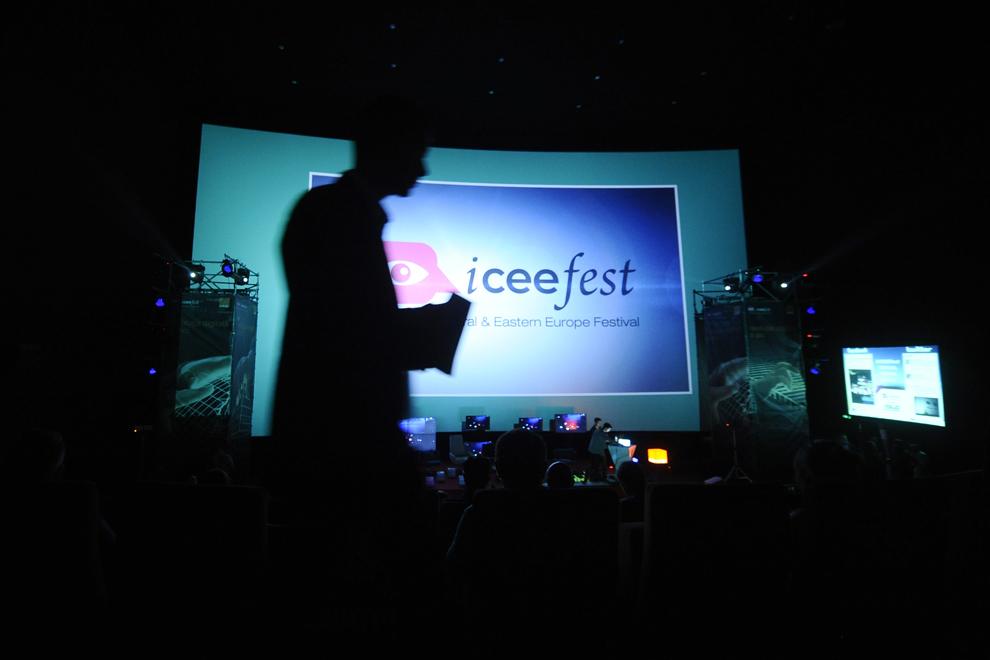 Persoane participă la festivalul dedicat industriei digitale şi interactive din Europa Centrală şi de Est, Interactive Central and Eastern Europe Festival 2014 (ICEEFest), în Bucureşti, joi, 12 iunie 2014.