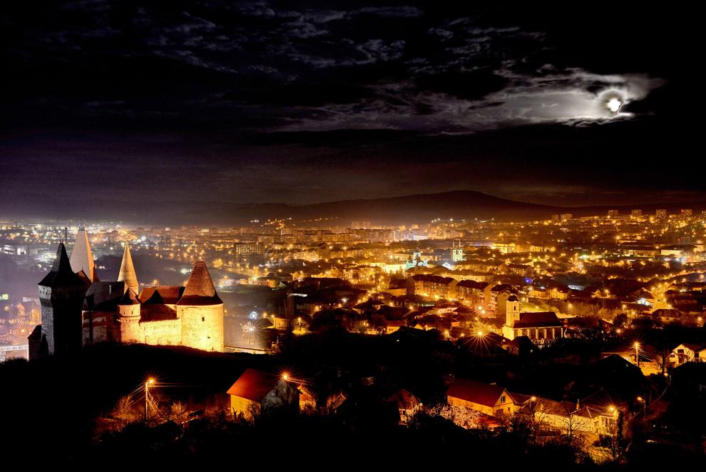 Imagine aeriană cu municipiul Hunedoara şi castelul Huniazilor, sâmbătă, 1 decembrie 2012.