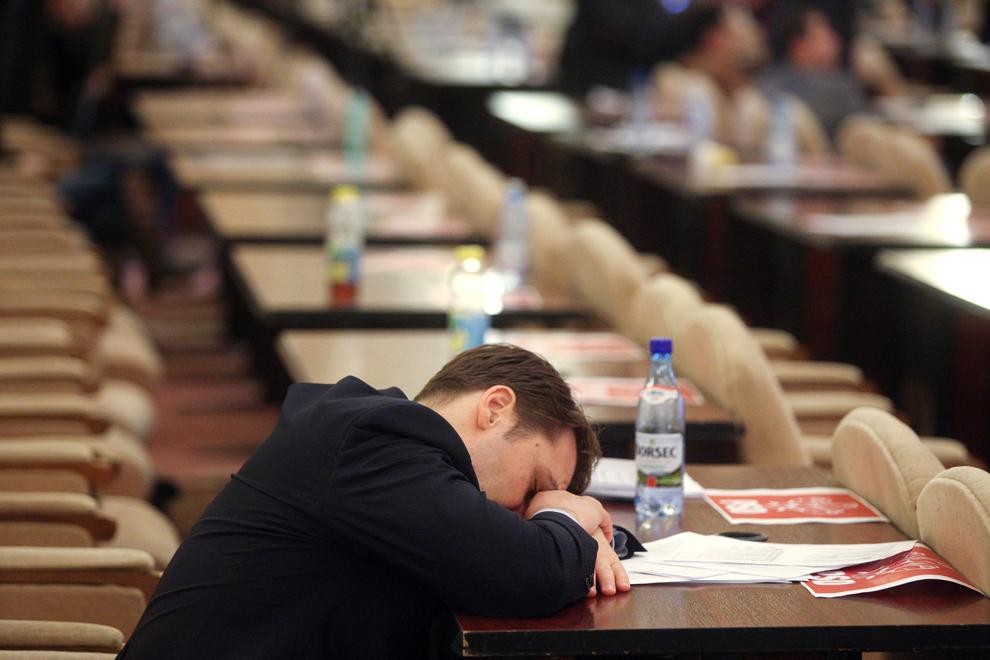 Dan-Coman Şova, ministrul pentru proiecte de infrastructură de interes naţional, se odihneşte în timpul primei şedinţe comune a Senatului şi Camerei Deputaţilor din legislatura 2012 – 2016, în Bucureşti, vineri, 21 decembrie 2012.
