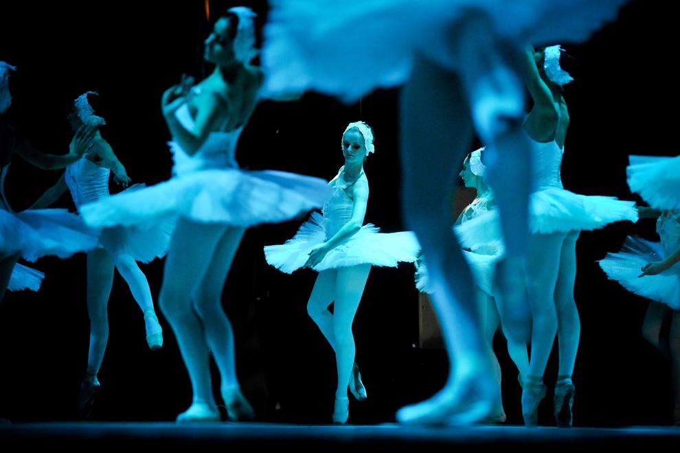 """Ansamblul de balet al Teatrului municipal din Kiev interpretează """"Lacul lebedelor"""" de P.I.Ceaikovski, pe scena Sălii Palatului din Bucureşti, duminică, 29 ianuarie 2012."""
