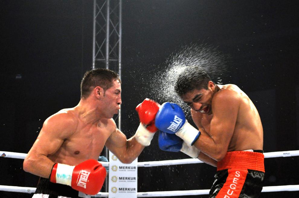 """Pugilistul Viorel Simion (S) boxează cu mexicanul Edgar Riovalle (D), în meciul de 12 reprize pentru titlul internaţional WBC al categoriei pană, din cadrul galei """"Invincibilii 6"""", la Sala Rapid din Bucureşti, 9 februarie 2012."""
