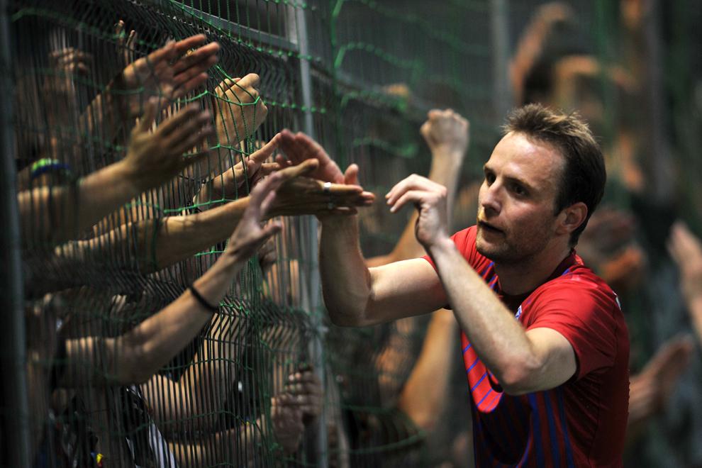 Novak Martinovic de la Steaua Bucureşti salută galeria la finalul meciului de fotbal cu CS Concordia Chiajna, contând pentru etapa a XXX-a a Ligii I de fotbal, disputat în Chiajna, luni, 7 mai 2012.