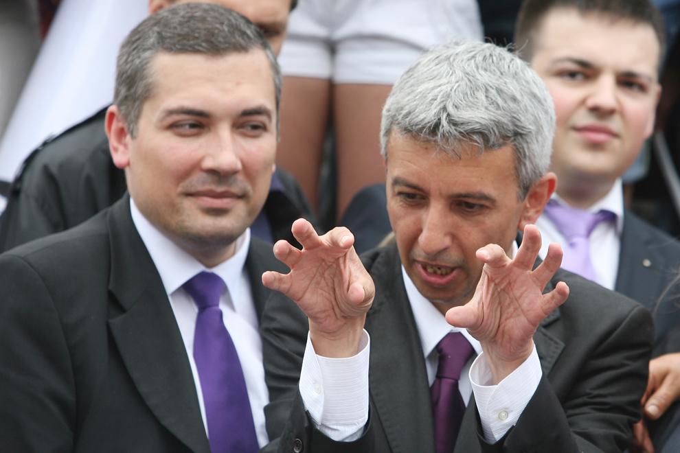 Vlad Hogea (S) candidatul PP-DD la preşedinţia Consiliului Judeţean Iaşi, priveşte către preşedintele PP–DD, Dan Diaconescu (D),  în timpul unui miting electoral în Piaţa Unirii din Iaşi, joi, 24 mai 2012.