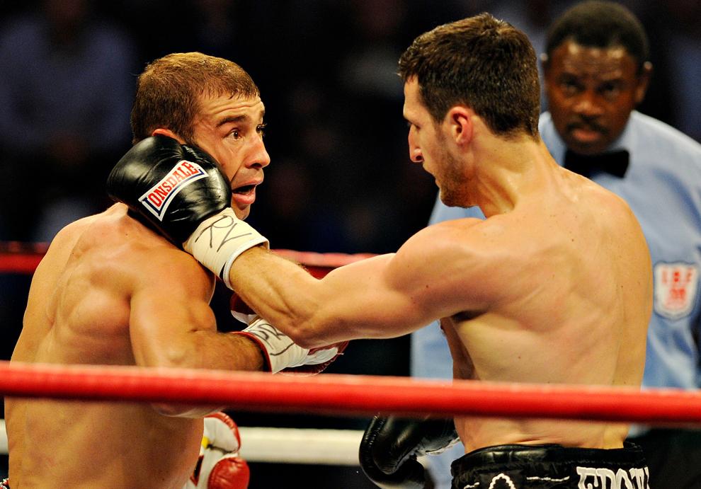 Lucian Bute (S) şi Carl Froch (D) boxeză într-un meci în care românul îşi pune în joc pentru a zecea oară centura IBF la categoria supermijlocie, disputat în Nottingham, Marea Britanie, sâmbătă, 26 mai 2012.