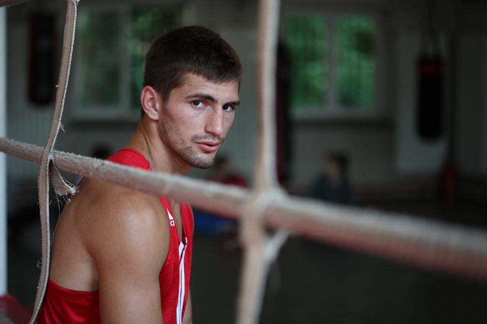 Boxerul Bogdan Juratoni, calificat la Jocurile Olimpice de la Londra, se odihneşte în sala de antrenament, în Bucureşti, joi, 14 iunie 2012.