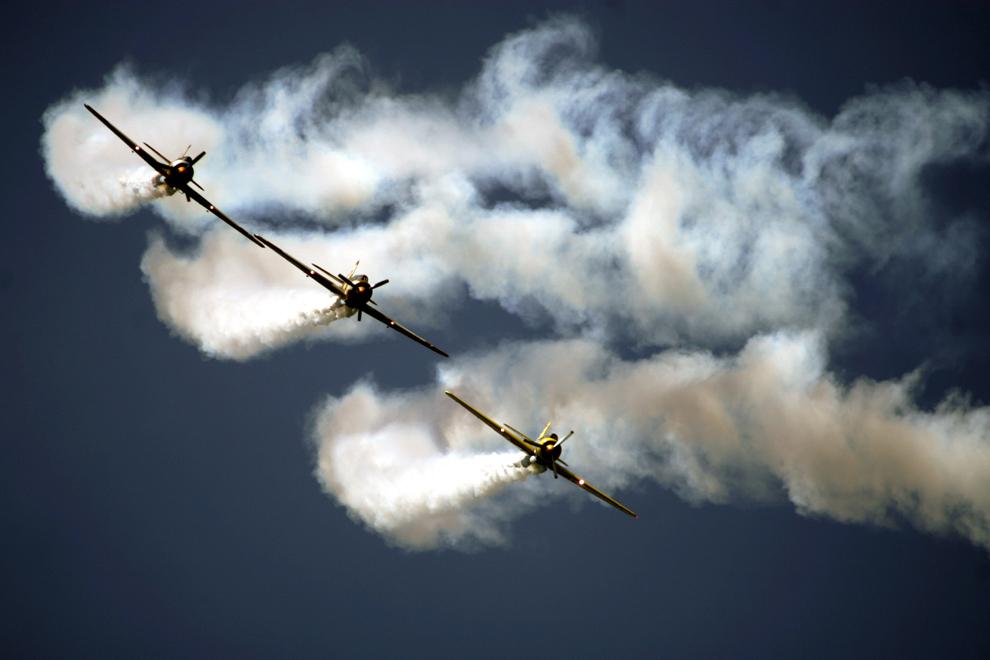 O formaţie de trei avioane de acrobaţie Yak face o demonstraţie, în timpul show-ului AeroNautic Show 2012, în judeţul Timiş, duminică, 1 iulie 2012.
