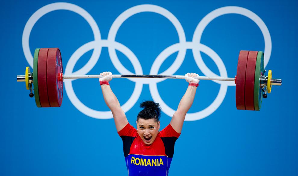 Sportiva Roxana Cocoş concurează în finala categoriei 69 de kilograme a concursului de haltere, la Jocurile Olimpice de la Londra, miercuri, 1 august 2012.