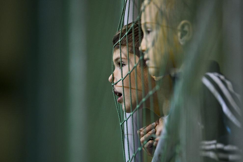 Un copil, suporter al echipei Concordia Chiajna, urmăreşte meciul cu FC Braşov, din etapa a IV-a a Ligii I, disputat în Chiajna, luni, 13 august 2012.