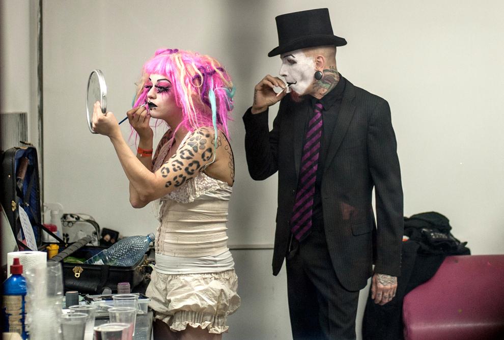 """Souci Jaws şi Louis Cypher (Finlanda) se pregătesc pentru freak show-ul pe care urmează să îl prezinte la târgul pentru tatuaje """"International Tattoo Convention Bucharest 2012"""", în Bucureşti, sâmbătă, 13 octombrie 2012."""