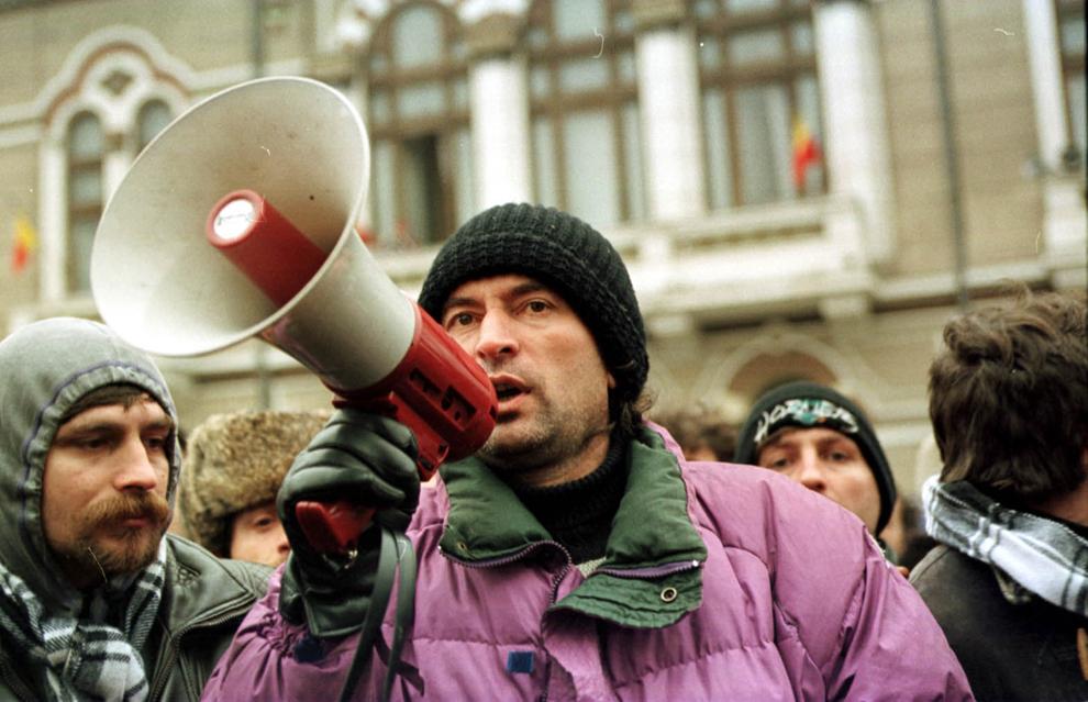 Miron Cozma, aflat în fruntea câtorva mii de mineri din Valea Jiului, porniţi într-un marş de protest spre Bucureşti, au ajuns la Târgu Jiu.