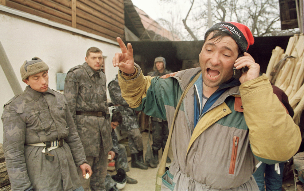 Câteva mii de mineri, conduşi de Miron Cozma, au pornit într-un marş de protest neautorizat, spre Bucureşti. În imagine, jandarmi surprinşi de mineri, ascunşi în curtea unui sătean.