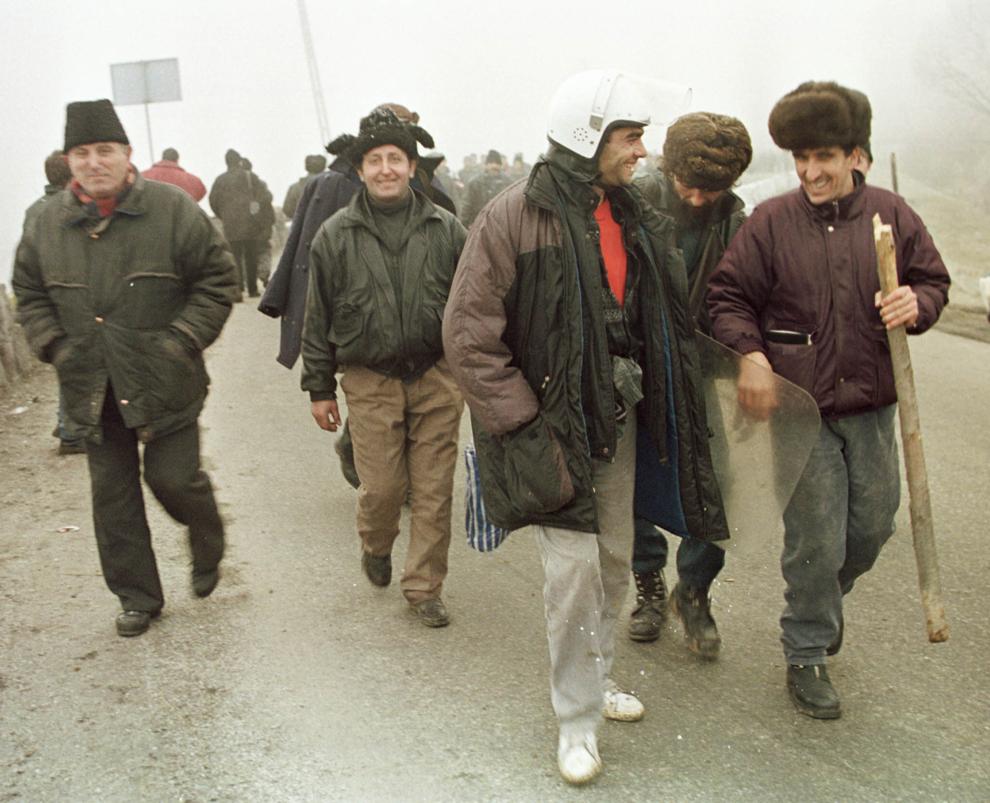 Câteva mii de mineri, conduşi de Miron Cozma, au pornit într-un marş de protest neautorizat, spre Bucureşti. În imagine, grupuri de protestatari care au străpuns barajul trupelor de jandarmi.