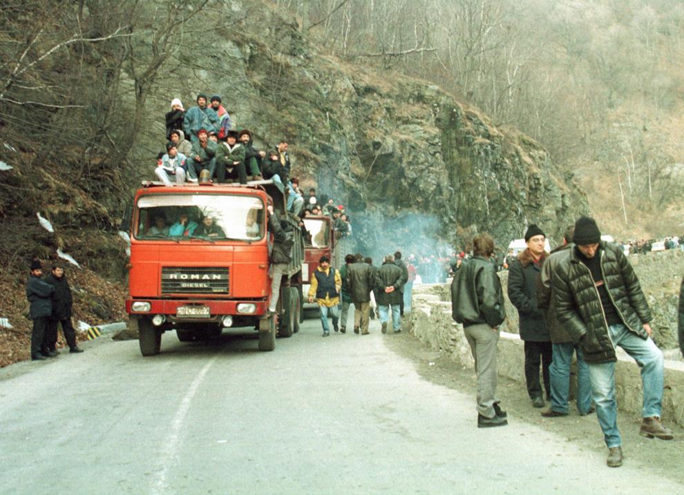 Câteva mii de mineri, conduşi de Miron Cozma, au pornit într-un marş de protest neautorizat, spre Bucureşti. În imagine, grupuri de protestatari străbat  Defileul Jiului.