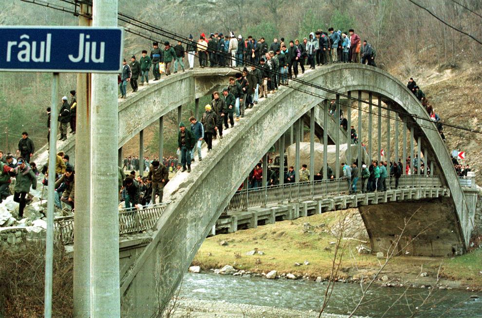 Câteva mii de mineri, conduşi de Miron Cozma, au pornit într-un marş de protest neautorizat, spre Bucureşti. În imagine, grupuri de protestatari străbat  Defileul Jiului, în ciuda barajelor cu bucăţi de stânci, presărate de autorităţi pe şosea.