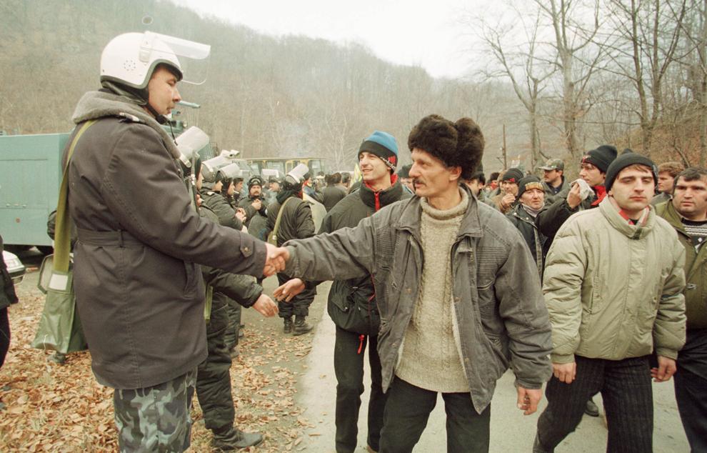 Câteva mii de mineri conduşi de Miron Cozma, au pornit într-un marş de protest neautorizat, spre Bucureşti. În imagine, trupele de jandarmi aduse pentru a-i împiedica pe mineri să iasă din Valea Jiului nu au opus niciun fel de rezistenţă.