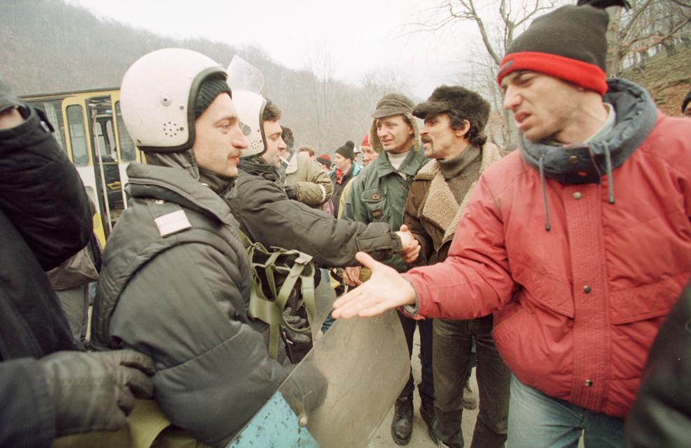 Câteva mii de mineri conduşi de Miron Cozma, au pornit într-un marş de protest neautorizat, spre Bucureşti. În imagine, trupele de jandarmi aduse pentru a-i împiedica pe mineri să iasă din Valea Jiului, nu au opus niciun fel de rezistenţă.