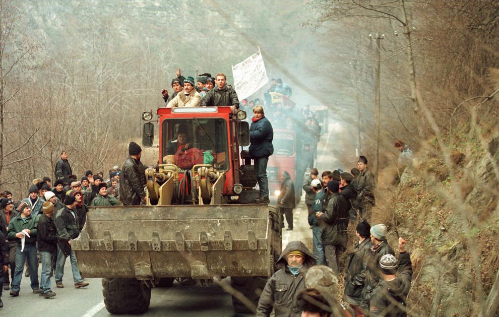 Câteva mii de mineri conduşi de Miron Cozma, au pornit într-un marş de protest neautorizat, spre Bucureşti.