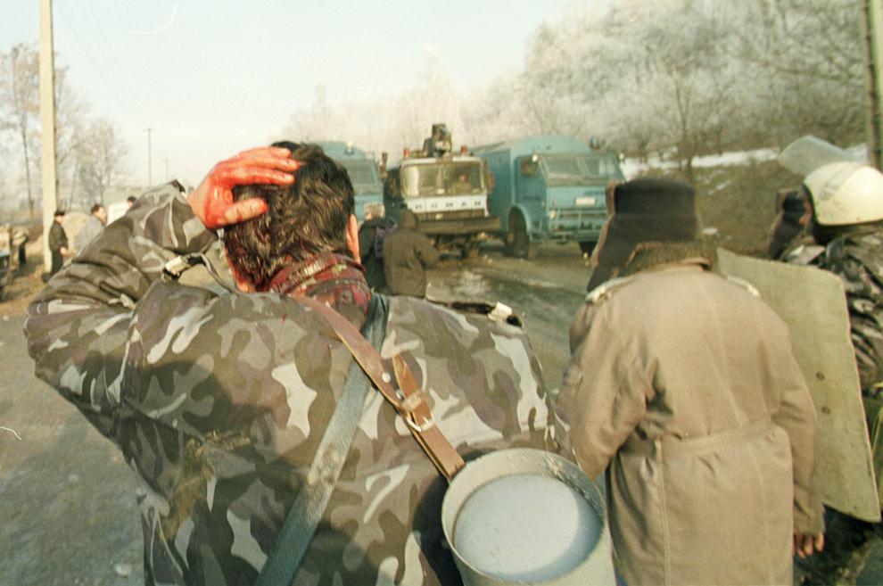 Câteva mii de mineri conduşi de Miron Cozma, au pornit într-un marş de protest neautorizat, spre Bucureşti. În imagine, in jandarm din cadrul trupelor dislocate la Costeşti, lovit de o piatră aruncată de protestatari.