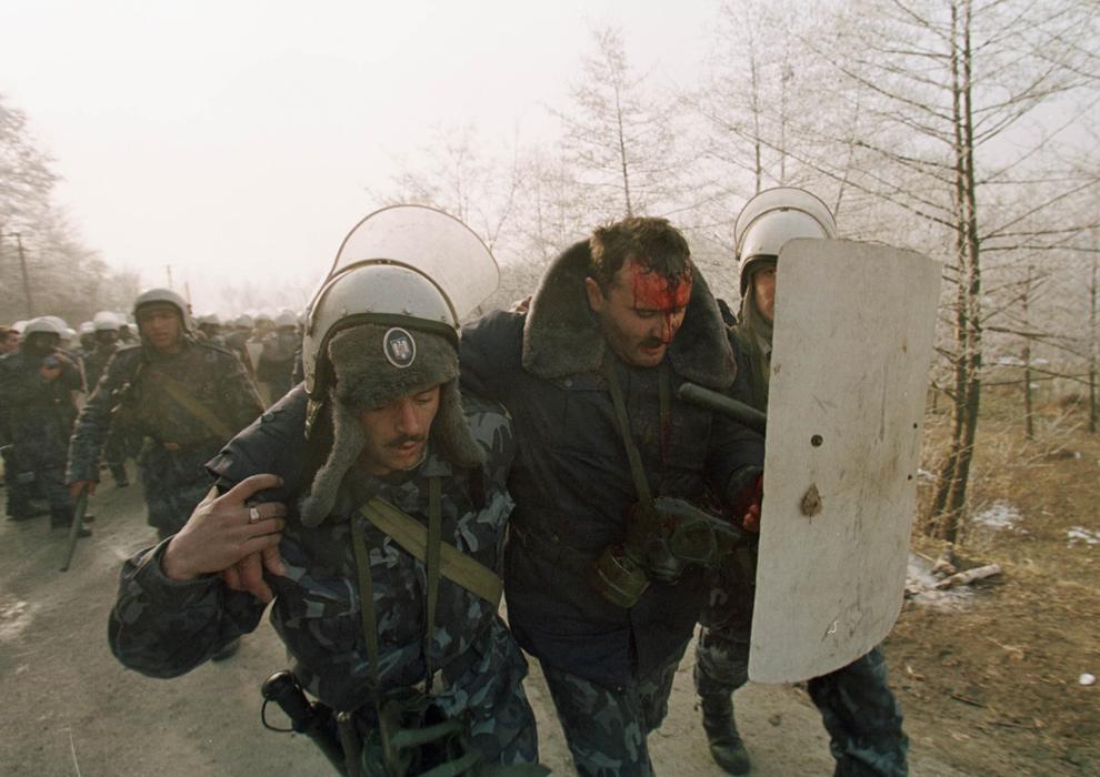Câteva mii de mineri, conduşi de Miron Cozma, au pornit într-un marş de protest neautorizat, spre Bucureşti. În imagine, un jandarm rănit de pietrele aruncate de protestatari.