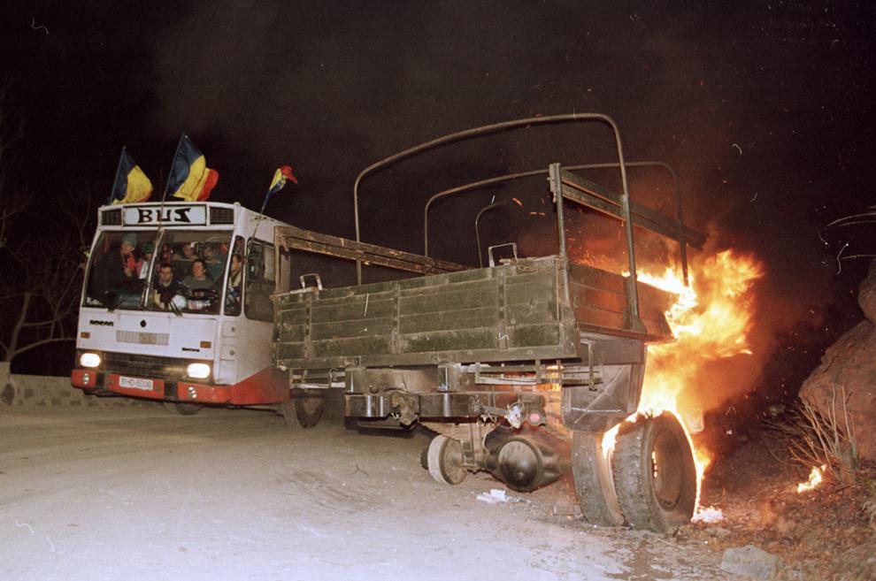 Miron Cozma s-a întors în Petroşani, după ce a negociat cu guvernul condus de Radu Vasile mai multe facilităţi pentru minerii din bazinul carbonifer al Văii Jiului. În imagine, autovehicule aparţinând trupelor de jandarmi, incendiate de protestatari.