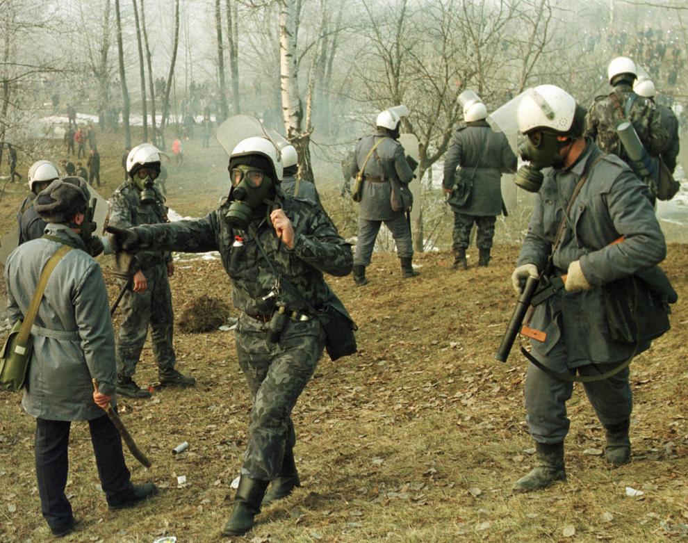 Mai multe mii de mineri conduşi de Miron Cozma, au pornit într-un marş neautorizat spre Bucureşti. În imagine, trupele de jandarmi care încearcău să oprească înaintarea protestatarilor, au fost atacate cu pietre şi cu propriile proiectile cu gaz lacrimogen, capturate de mineri.