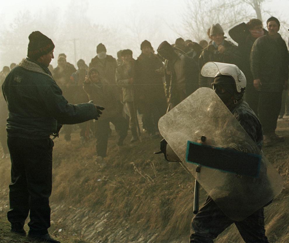 Câteva mii de mineri, conduşi de Miron Cozma, au pornit într-un marş de protest neautorizat, spre Bucureşti. În imagine, trupe de jandarmi încearcă să oprească înaintarea protestatarilor.