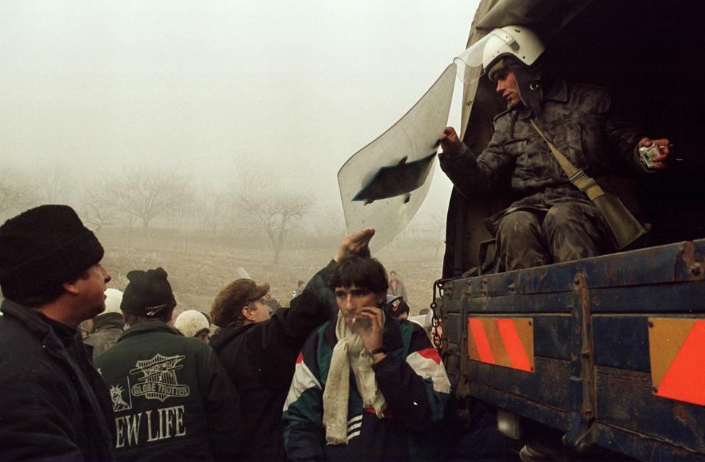 Câteva mii de mineri, conduşi de Miron Cozma, au pornit într-un marş de protest neautorizat, spre Bucureşti. În imagine, trupele de jandarmi şi poliţie, trimise să oprească înaintarea lor, au fost înconjurate şi dezarmate de protestatari.