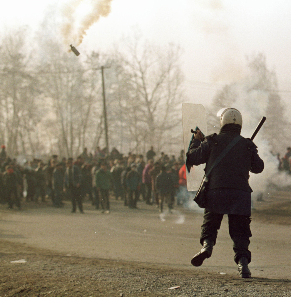 Câteva mii de mineri, conduşi de Miron Cozma, au pornit într-un marş de protest neautorizat, spre Bucureşti. În imagine, trupe de jandarmi încearcă oprirea protestatarilor.
