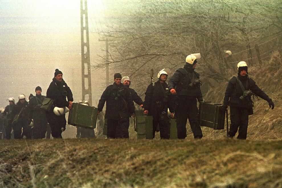 Câteva mii de mineri, conduşi de Miron Cozma, au pornit într-un marş de protest neautorizat, spre Bucureşti. În imagine, trupe de jandarmi se pregătesc să-i oprească în apropierea comunei Costeşti.