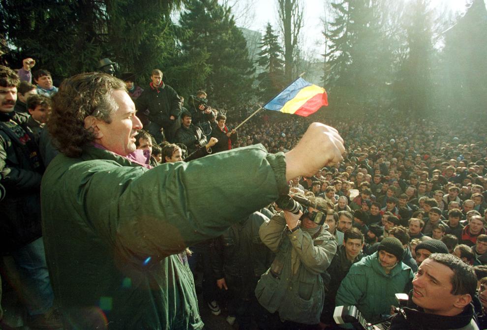 Câteva mii de mineri, conduşi de Miron Cozma, au pornit într-un marş de protest neautorizat, spre Bucureşti.