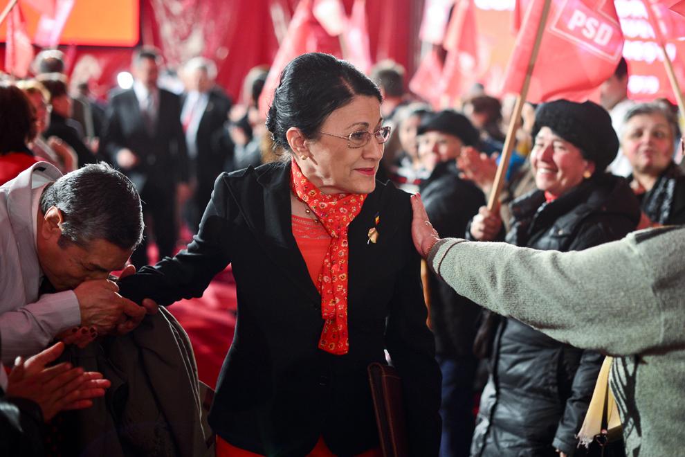 Un bărbat îi sărută mâna Ecaterinei Andronescu la conferinţa de alegeri a preşedintelui organizaţiei PSD Sector 5, în Bucureşti, vineri, 22 martie 2013.