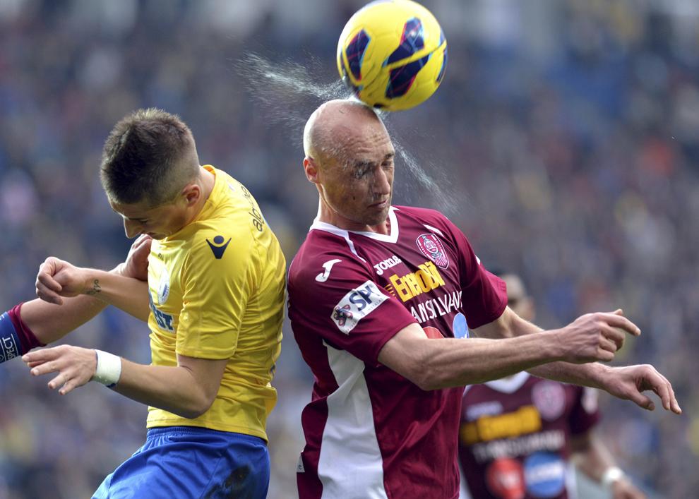 Gicu Grozav (S), de la Petrolul Ploieşti, se luptă pentru balon cu Gabi Mureşan, de la CFR Cluj, în timpul meciului de fotbal din etapa a XXIV-a a Ligii I, în Ploieşti, duminică, 31 martie 2013.