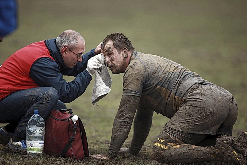 Un jucător al echipei de rugby RCM Timişoara primeşte îngrijiri, în timpul meciului cu CSM U Baia Mare, în Timişoara, sâmbătă, 30 martie 2013.