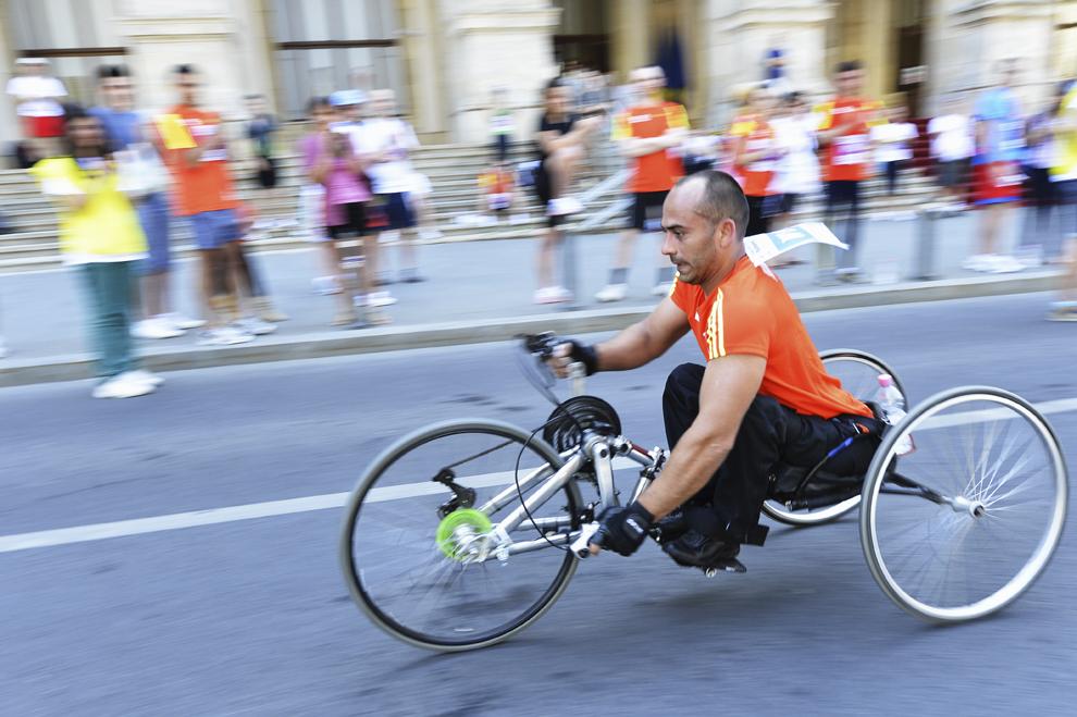 Un bărbat participă în proba destinată persoanelor cu dizabilităţi, la cea de-a doua ediţie a Petrom Bucharest International Half Marathon, în Bucureşti, duminică, 18 mai 2013.