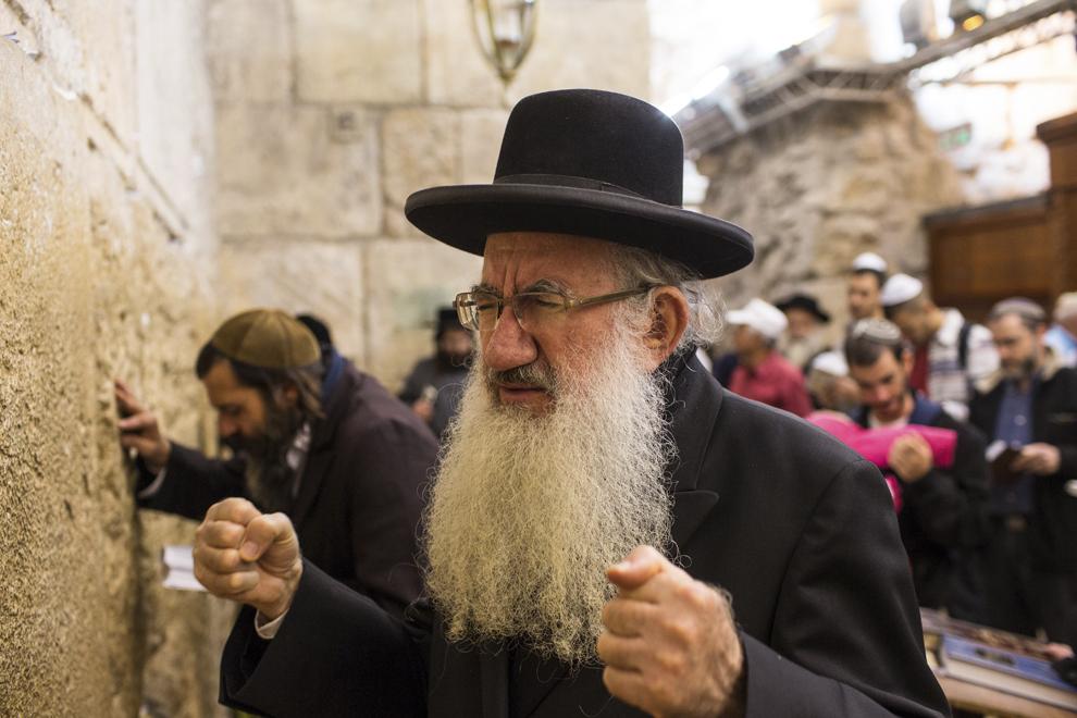 Persoane se roagă la Zidul Plângerii, în Ierusalim, marţi, 22 ianuarie 2013.