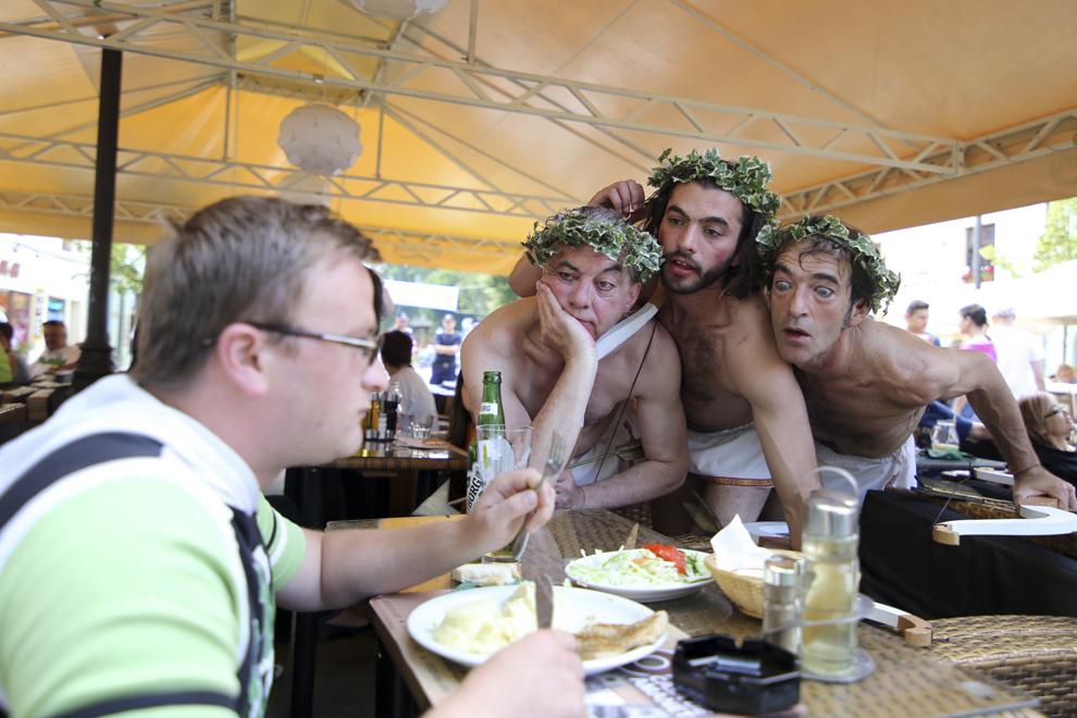 Compania Les Goulus (Franţa) prezintă spectacolul itinerant Cupidonii, în cadrul editiei a XX-a a Festivalului Internaţional de Teatru de la Sibiu, pe bulevardul pietonal Nicolae Bălcescu, luni, 10 iunie 2013.