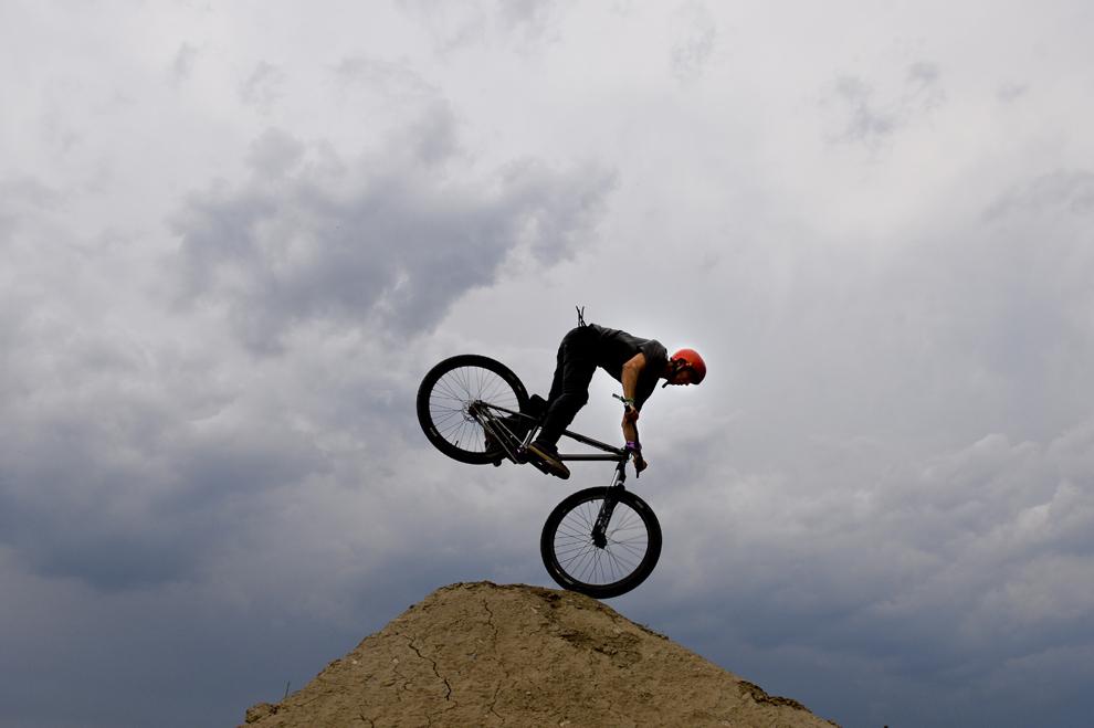 Un tânăr se plimbă cu bicicleta, într-un spaţiu amenajat din islazul comunei Tunari, în timpul festivalului B'estfest Summer Camp 2013, desfăşurat în Tunari, judetul Ilfov, vineri, 5 iulie 2013.