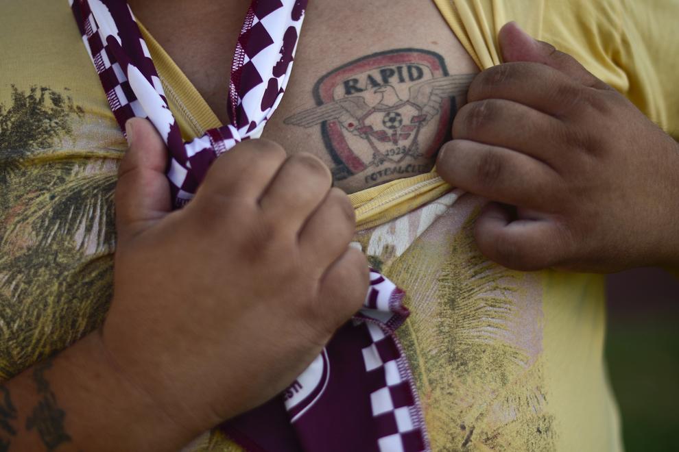 Bogdan, un suporter rapidist aflat în greva foamei, arată presei un tatuaj cu sigla echipei FC Rapid, pe stadionul Giuleşti - Valentin Stănescu din Bucureşti, joi, 8 august 2013.