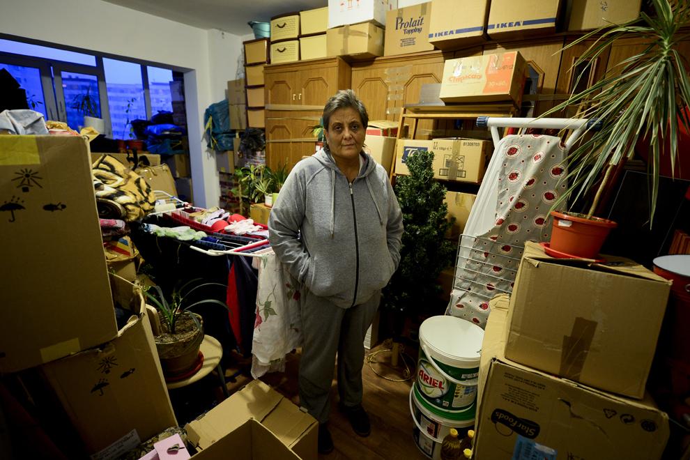 Neacşu Elena, diagnosticată cu boala Hodgkin, stă lângă cutiile în care şi-a împachetat toate bunurile, în apartamentul său din Bucureşti, sâmbătă, 2 februarie 2013.