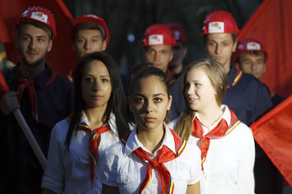 Elevi, îmbrăcaţi în uniforme de pioneri, defilează cu ocazia evenimentelor dedicate zilei de 23 august, organizate în parcul Rizer din Galaţi.
