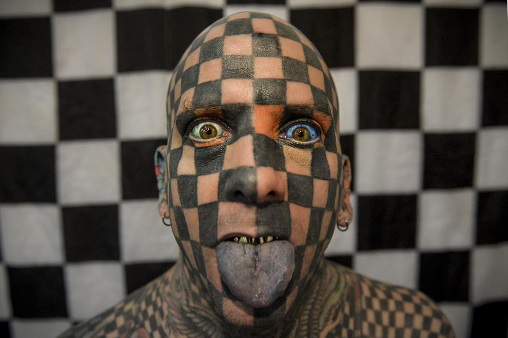 """Matt Gone, """"Human Chequerboard"""", pozează în timpul celei de a patra ediţii a Convenţiei Internaţionale de Tatuaje """"International Tattoo Convention 2013"""", organizată în Bucureşti, sâmbătă, 12 octombrie 2013."""