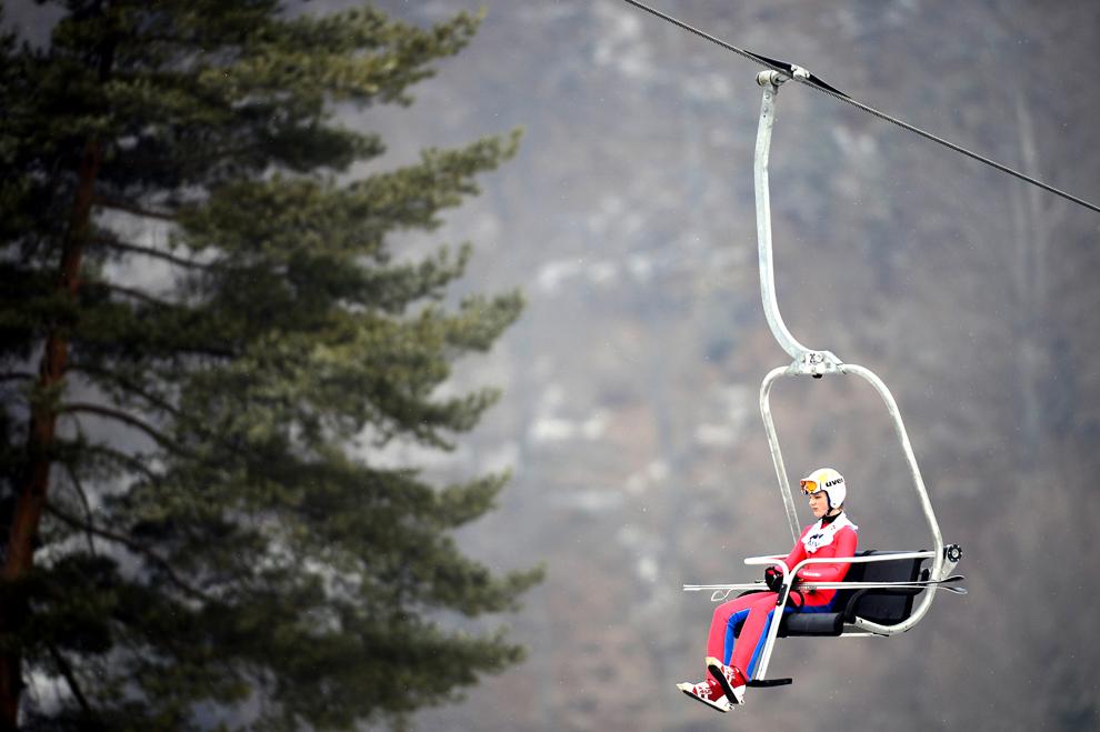 O sportivă urcă în telescaun, în timpul Festivalului Olimpic al Tineretului European (FOTE) 2013, pe Valea Cărbunarii, în Râşnov, miercuri, 20 februarie 2013.