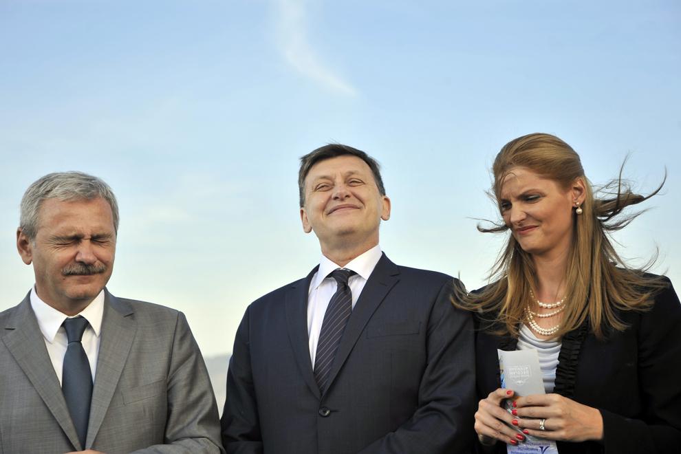 """Liviu Dragnea (S), Crin Antonescu (C) şi Ramona Mănescu (D) asistă la inaugurarea noii piste a Aeroportului Internaţional """"Avram Iancu"""" Cluj, sâmbătă, 26 octombrie 2013."""