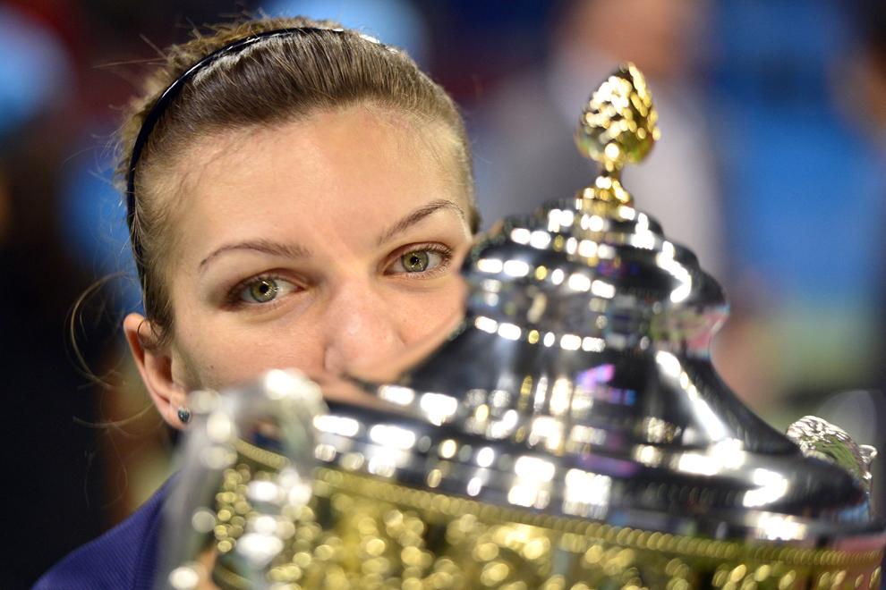 Simona Halep pozează cu trofeul câştigat, la finalul meciului de tenis cu australianca Samantha Stosur, din turneul circuitului WTA, în Sofia, duminică, 3 noiembrie 2013.