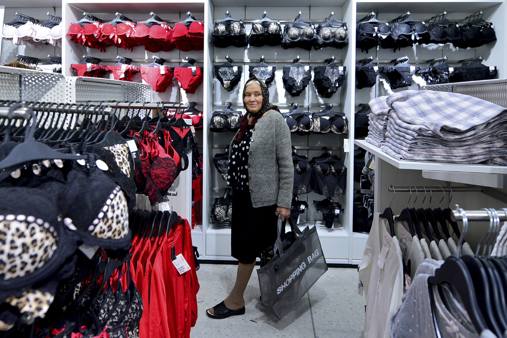 O femeie priveşte haine expuse în primul magazinul stradal H&M deschis în Bucureşti, joi, 7 noiembrie 2013.