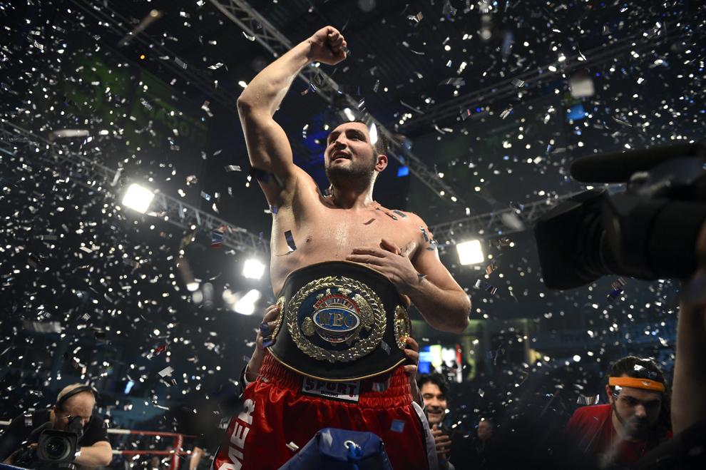 """Pugilistul Cristian """"Hammer"""" Ciocan se bucură la finalul meciului în care şi-a apărat centura, în faţa ucraineanului Oleksiy Mazikin, în cadrul galei de box BOXEN, în Galaţi, 22 februarie 2013."""