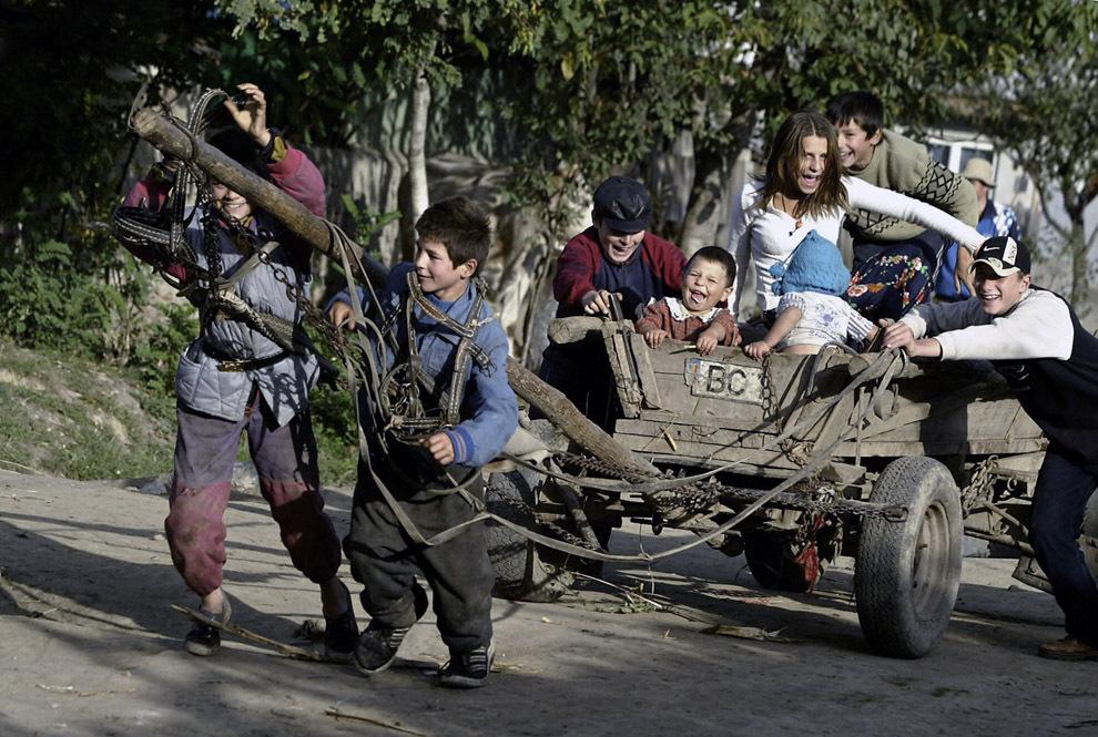 Un grup de copii se joacă într-o caruţă, în satul Valea Seacă, în apropiere de Bacău, marţi, 14 octombrie 2003.