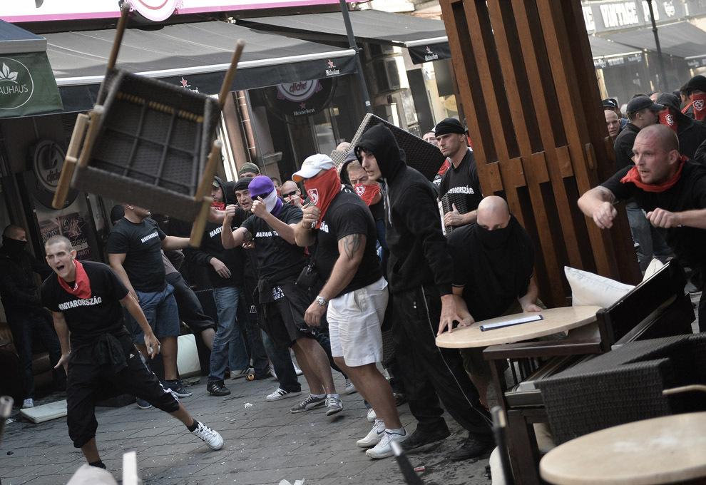 Suporteri ai echipei naţionale de fotbal a Ungariei  aruncă un scaun în timpul unei confruntări cu poliţia, cu cateva ore înainte de începerea meciului de fotbal contând pentru calificarea la Cupa Mondială FIFA 2014, în centrul vechi din Bucureşti, vineri, 6 septembrie 2013.